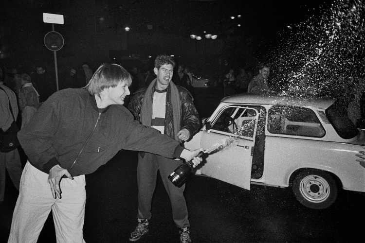 »9. November 1989, Berlin«, Erstes Kapitel: 23 Uhr, Grenzübergang Sonnenallee, Foto © Friedhelm Denkeler 1989