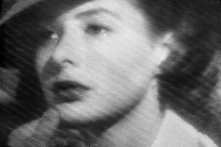 »Ilsa Lund auf dem Weg nach Amerika«, aus dem Portfolio »Abschied in Casablanca«, Foto © Friedhelm Denkeler 1989