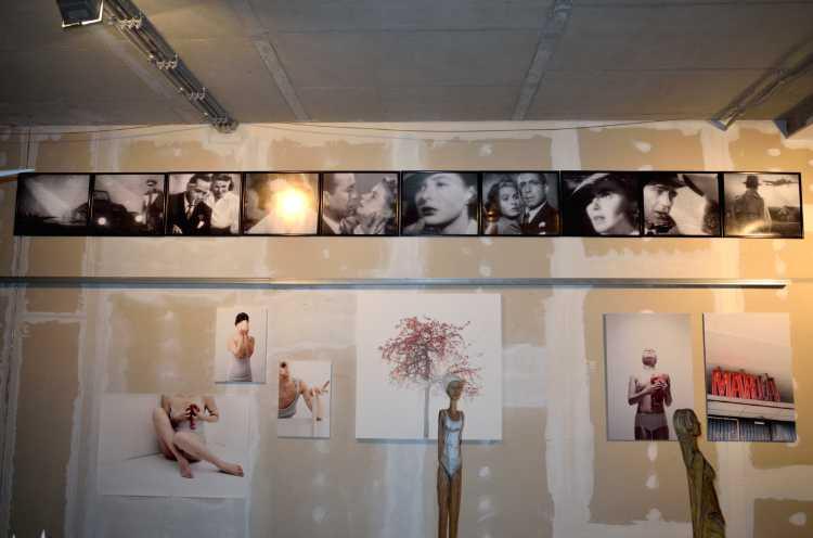 """Friedhelm Denkeler »Abschied in Casablanca« (oben), Katja Hammerle (unten), Gruppenausstellung """"Twenty and Four Artists"""" im Gesundheitszentrum in der Bergmannstraße, Berlin-Kreuzberg, 2015"""