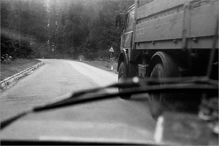 »Gefährliches Überholmanöver», aus dem Portfolio »Bilder einer Ausstellung – Versuch einer Rekonstruktion«, Foto © Friedhelm Denkeler 1979