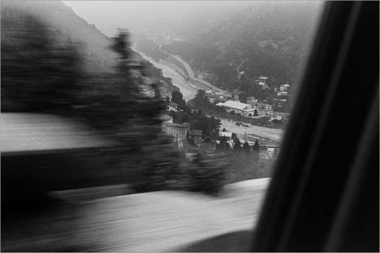 »Blick aus dem Auto in ein Alpental«, aus dem Portfolio »Bilder einer Ausstellung – Versuch einer Rekonstruktion«, Foto © Friedhelm Denkeler 1979
