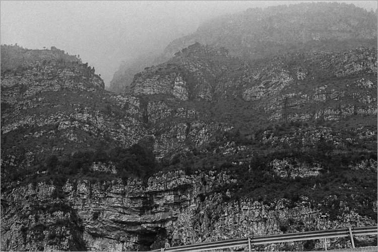 »Felswand an der Serpentine», aus dem Portfolio »Bilder einer Ausstellung – Versuch einer Rekonstruktion«, Foto © Friedhelm Denkeler 1979