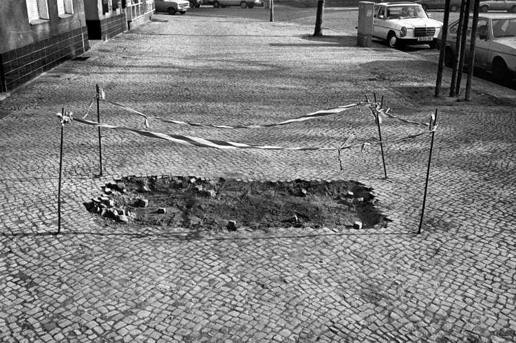 »Unter dem Pflaster liegt der Sand«, Richardplatz, Berlin, aus dem Portfolio »Harmonie eines Augenblicks«, Foto © Friedhelm Denkeler 1982