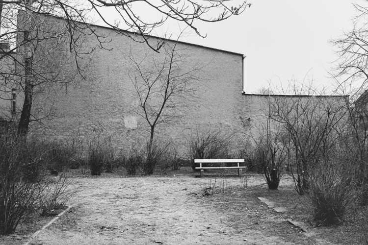 »Einsame Bank«, Berlin-Neukölln, aus dem Portfolio »Harmonie eines Augenblicks«, Foto © Friedhelm Denkeler 1979