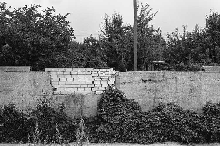 »Lückenschließung«, Berlin-Neukölln, aus dem Portfolio »Harmonie eines Augenblicks«, Foto © Friedhelm Denkeler 1979