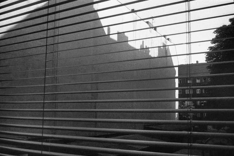 «Schatten im Ilsenhof«, Berlin-Neukölln, aus dem Portfolio »Harmonie eines Augenblicks«, Foto © Friedhelm Denkeler 1982