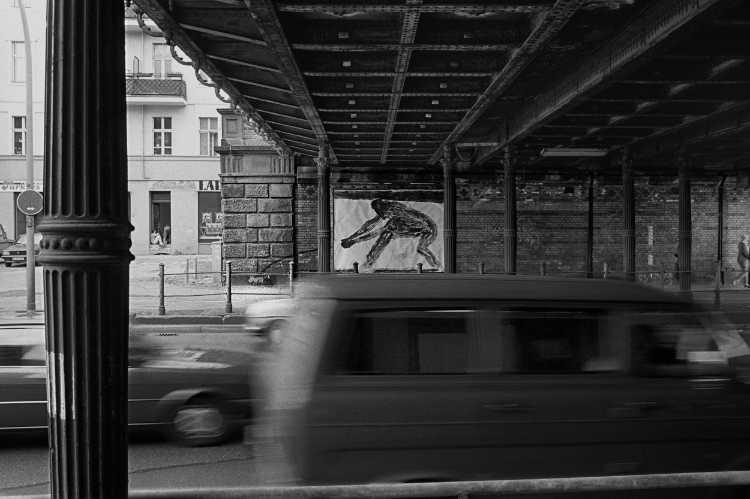 »Unter den Yorck-Brücken«, Berlin, aus dem Portfolio »Harmonie eines Augenblicks«, Foto © Friedhelm Denkeler 1984
