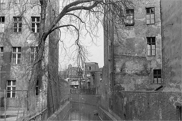 »Die Panke zwischen alten Mietshäusern», aus dem Portfolio »Im Wedding«, Foto © Friedhelm Denkeler 1978