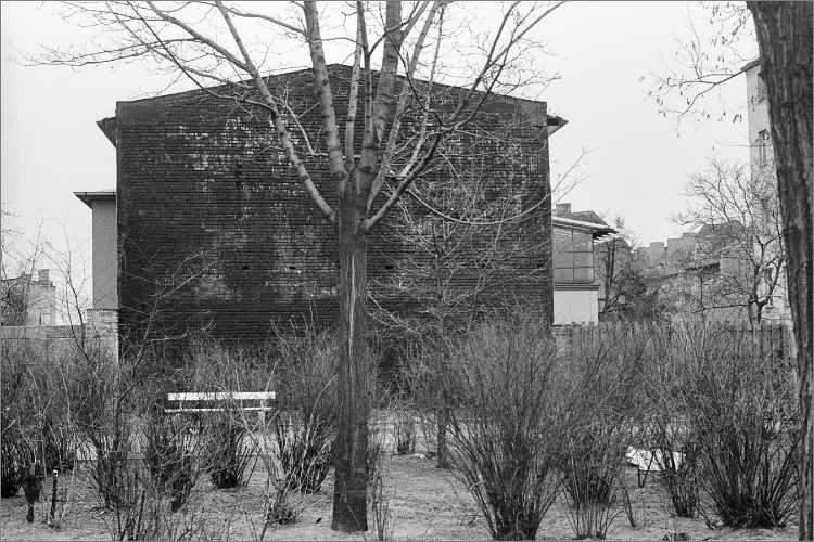 »Mini-Park mit schwarzer Brandwand», Foto © Friedhelm Denkeler 1979