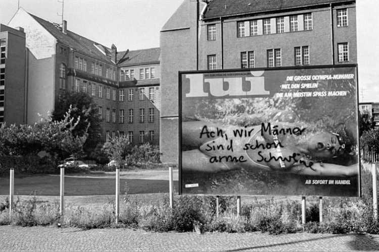 «Ach, wir Männer sind schon arme Schweine», aus dem Portfolio »Das Olympia-Projekt – Die Sommerspiele 1984 in Neukölln« (Werbeplakat der Zeitschrift »Lui«, August 1984, Berlin-Neukölln, Foto © Friedhelm Denkeler