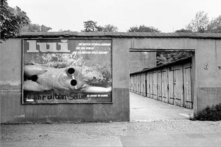 Werbeplakat der Zeitschrift »Lui«, August 1984, Garagen am Körner-Park in Berlin-Neukölln, aus dem Portfolio »Das Olympia-Projekt – Die Sommerspiele 1984 in Neukölln«, Foto © Friedhelm Denkeler 1984