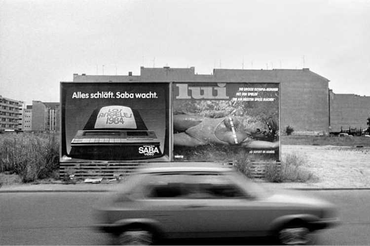 »Alles schläft, Saba wacht«, Werbeplakat der Zeitschrift »Lui«, aus dem Portfolio »Das Olympia-Projekt – Die Sommerspiele 1984 in Neukölln«, Foto © Friedhelm Denkeler 1984