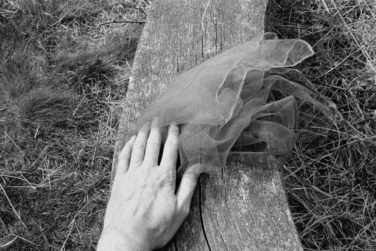 »Der rote Schal«, aus dem Portfolio »Sommer in einer Hand«, Foto © Friedhelm Denkeler 1985