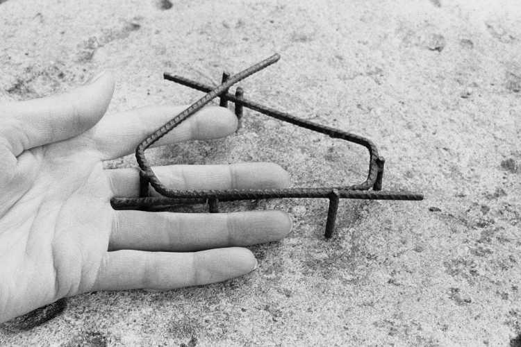 »In Eisen gefangen«, aus dem Portfolio »Sommer in einer Hand«, Foto © Friedhelm Denkeler 1985