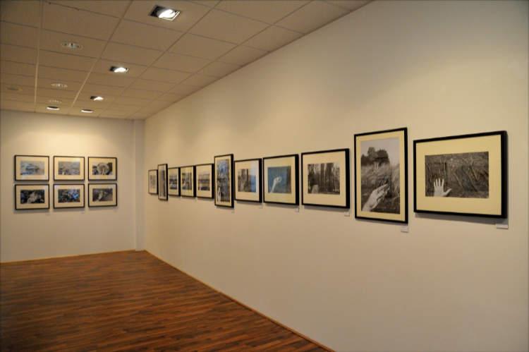 Blick in die Ausstellung »momenta« im Roxy-Palast Berlin-Friedenau mit der Arbeit »Sommer in einer Hand« von Friedhelm Denkeler, Foto © Friedhelm Denkeler 2018