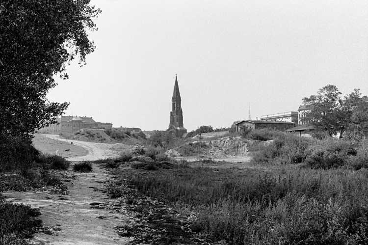 »Ein wilder Tag in Kreuzberg: 1 Der Morgen« (Blick vom Görlitzer Park auf die Emmaus-Kirche mit dem Fernsehturm im Hintergrund), Foto © Friedhelm Denkeler 1989