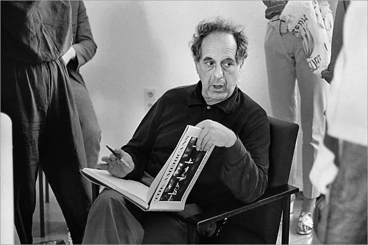 »Szenen aus der Werkstatt für Photographie«: «Robert Frank signiert 'The Americans'« (Workshop mit Robert Frank, Werkstatt für Photographie, 01.06.1985), Foto © Friedhelm Denkeler 1985