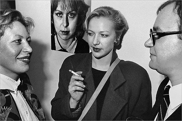 »Szenen aus der Werkstatt für Photographie«: »Vernissage Wilmar Koenig in der Galerie Fahnemann«, Berlin, 02.03.1984 (NN, NN, Wilmar Koenig), Foto © Friedhelm Denkeler 1984