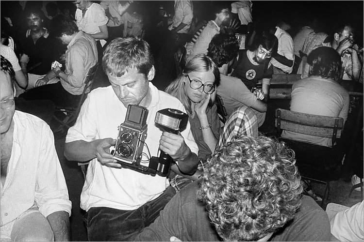 »Szenen aus der Werkstatt für Photographie«: Michael Schmidt in einem Gartenlokal in Köln anlässlich der Ausstellung »Michael Schmidt und Schüler« in der Galerie der DGPh am 2. August 1980, Foto © Friedhelm Denkeler 1980