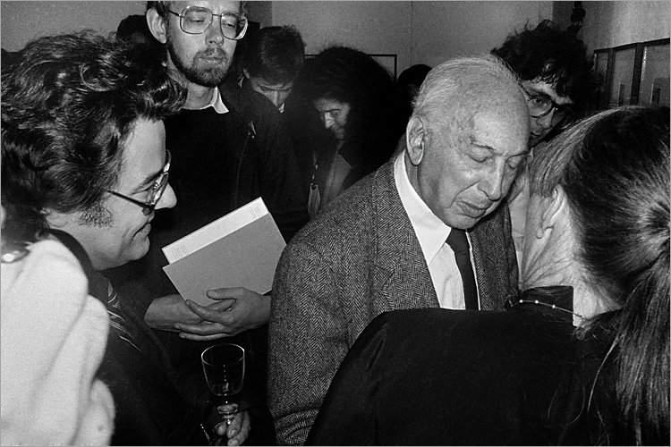 »Szenen aus der Werkstatt für Photographie«: André Kertész auf einer Veranstaltung anlässlich der Preisverleihung auf der Photokina Köln 09.10.1982 (mit Klaus Honnef), Foto © Friedhelm Denkeler 1982