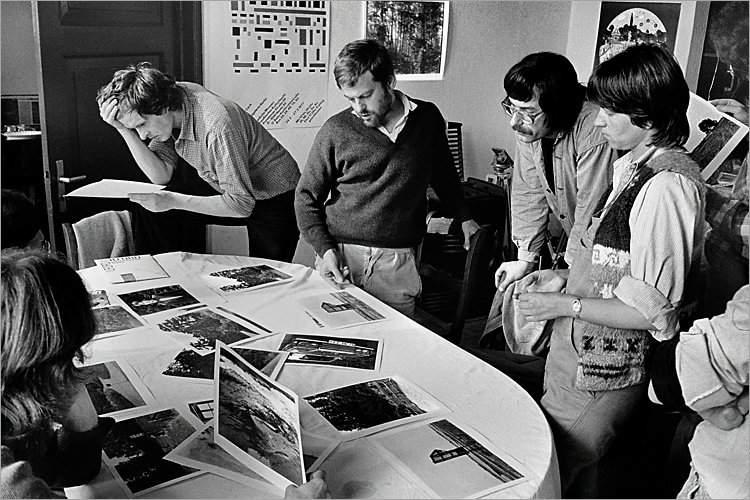 »Szenen aus der Werkstatt für Photographie«: Wochenendworkshop mit Michal Schmidt in Schnackenburg: Bildbesprechung, 1979 (Winfried Mateyka, Michael Schmidt, Hans Hempen, Elisabeth Neuhold-Much), Foto © Friedhelm Denkeler 1979