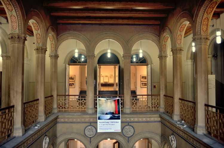 Entrée im Kunstquartier Bethanien mit dem Banner der Ausstellung »Bildwechsel – Fotografie nach der Werkstatt für Photographie«, Foto © Friedhelm Denkeler 2016