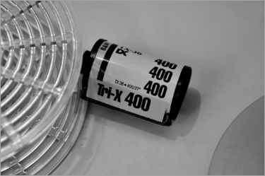 »KODAK Tri-Schwarzweißfilm mit Entwicklerspirale«, aus dem Portfolio »Sechsunddreißig Tower«,, Foto © Friedhelm Denkeler 2001
