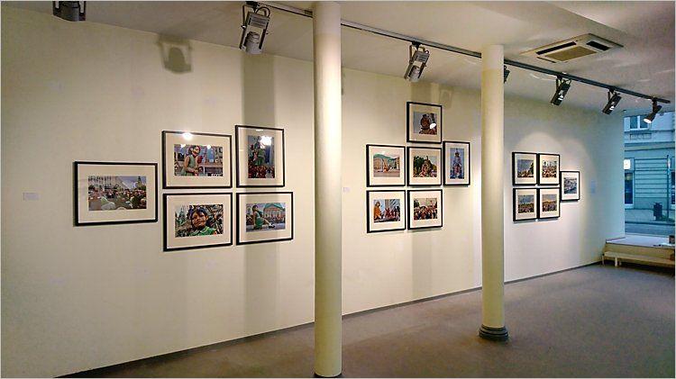 Hängung des Portfolios »Die kleine Riesin und der Tiefseetaucher«. Ausstellung »momenta« – Fünf Künstler aus Berlin in Cottbus, Foto © Horst Hinder 2019