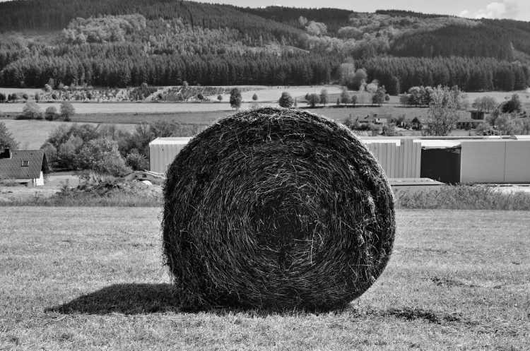 »Strohballen mit Fabrik«, aus dem Portfolio »Köbbinghauser Hammer«, 2014, Foto © Friedhelm Denkeler 2010
