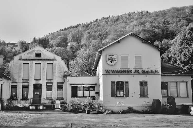 »Stimmnägel-Fabrik W. Wagner jr. GmbH mit der Schutzmarke ›Biene‹, aus dem Portfolio »Köbbinghauser Hammer«, 2014, Foto © Friedhelm Denkeler 2008