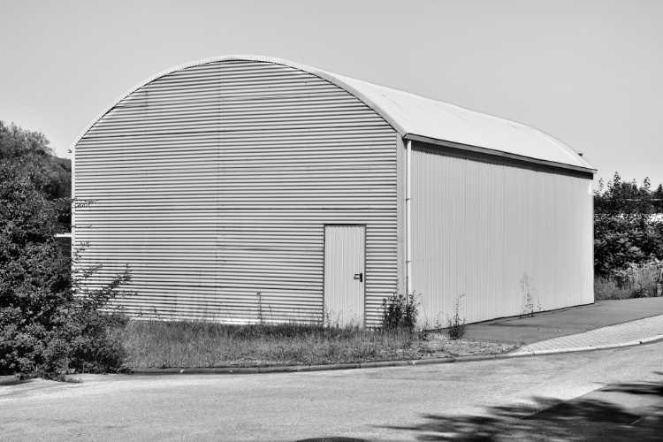 »Lagerhalle mit Runddach (zur Erinnerung an Walker Evans)«, aus dem Portfolio »Köbbinghauser Hammer«, 2014, Foto © Friedhelm Denkeler 2009