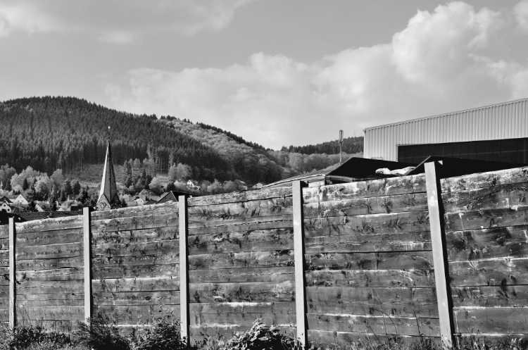 »Bohlenabsperrung mit Halle und Kirchturm«, aus dem Portfolio »Köbbinghauser Hammer«, 2014, Foto © Friedhelm Denkeler 2010