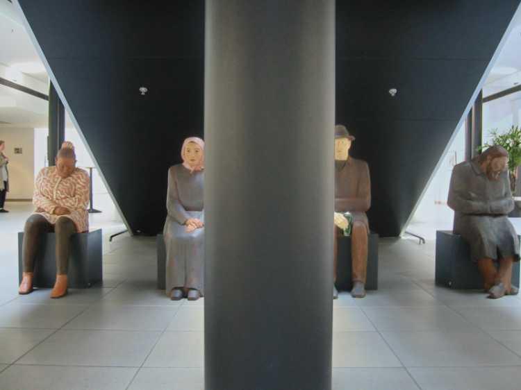 Aus dem Portfolio »Mittig«, Berlin, Automobilforum Unter den Linden, Foto © Friedhelm Denkeler 2003