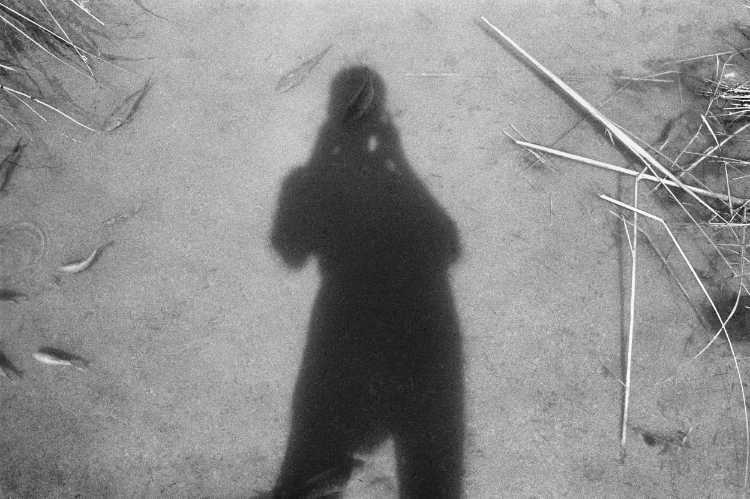 »Schatten mit Fisch«, Porto Alto, Portugal, Berlin, aus dem Portfolio »Schatten und Spiegel», Selbstbildnisse 1976 bis 2020, Foto © Friedhelm Denkeler 1986