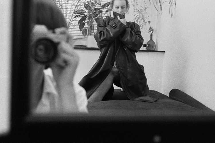 »Dörte in Ewalds Ledermantel«, Ilsenhof, Berlin-Neukölln, Berlin, aus dem Portfolio »Schatten und Spiegel», Selbstbildnisse 1976 bis 2020, Foto © Friedhelm Denkeler 1982