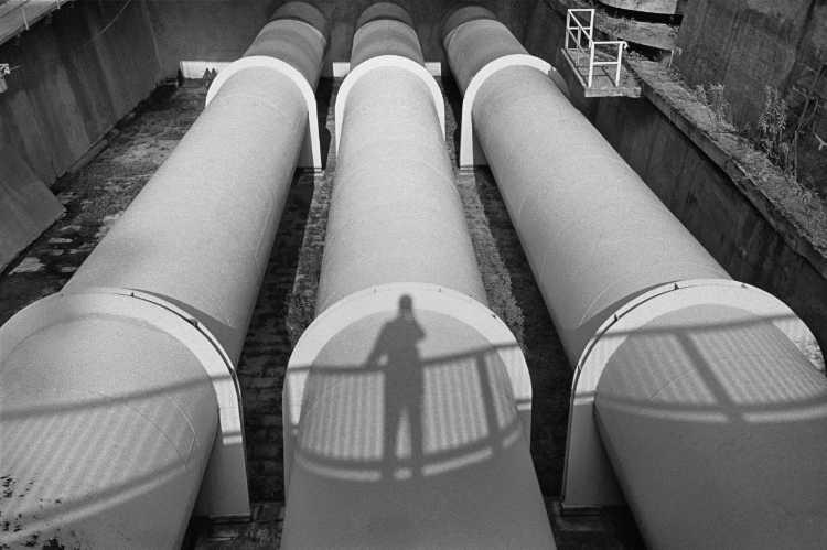 »Drei Rohre», Berlin, Berlin, aus dem Portfolio »Schatten und Spiegel», Selbstbildnisse 1976 bis 2020, Foto © Friedhelm Denkeler 1994