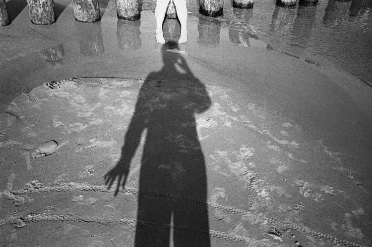 »Barfuß am Ostsee-Strand«, Usedom, Berlin, aus dem Portfolio »Schatten und Spiegel», Selbstbildnisse 1976 bis 2020, Foto © Friedhelm Denkeler 1995