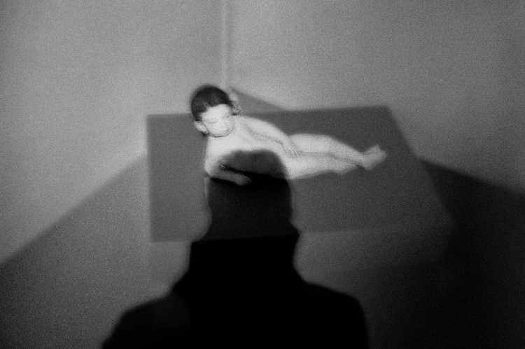 »Kindlicher Akt«, Wien, Berlin, aus dem Portfolio »Schatten und Spiegel», Selbstbildnisse 1976 bis 2020, Foto © Friedhelm Denkeler 1997