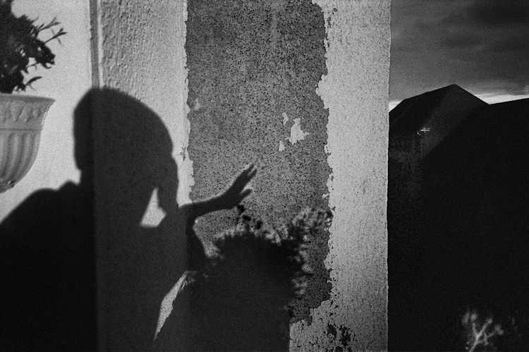 «Das Fenster zum Hinterhof«, Berlin-Steglitz, Berlin, aus dem Portfolio »Schatten und Spiegel», Selbstbildnisse 1976 bis 2020, Foto © Friedhelm Denkeler 1999