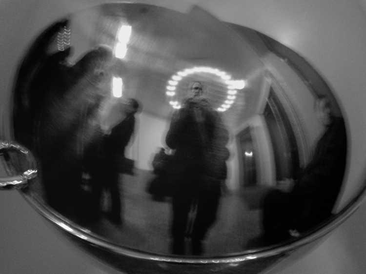»Heiligenschein«, Galerie Pernkopf, Pariser Straße, Berlin, Berlin, aus dem Portfolio »Schatten und Spiegel», Selbstbildnisse 1976 bis 2020, Foto © Friedhelm Denkeler 2006