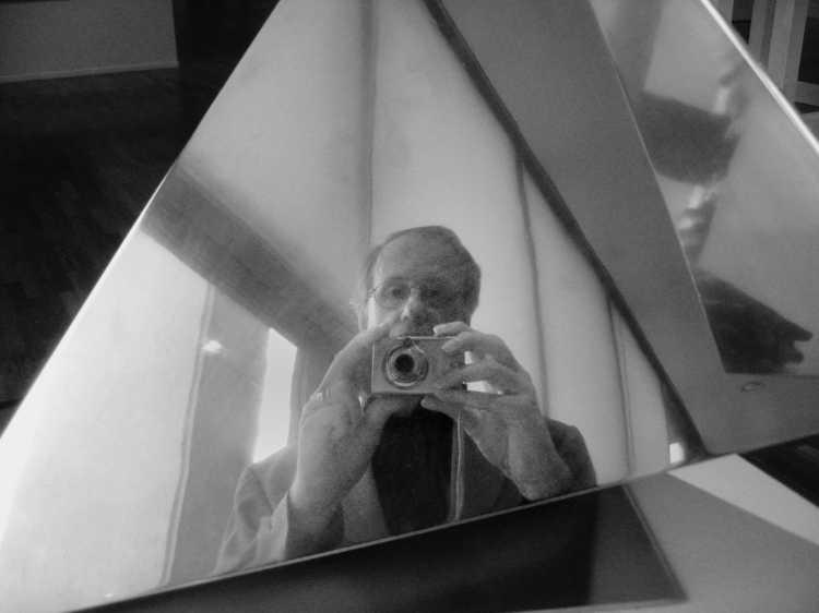 »Dreieck-Spiegelung«, Kulturforum, Berlin, Berlin, aus dem Portfolio »Schatten und Spiegel», Selbstbildnisse 1976 bis 2020, Foto © Friedhelm Denkeler 2006