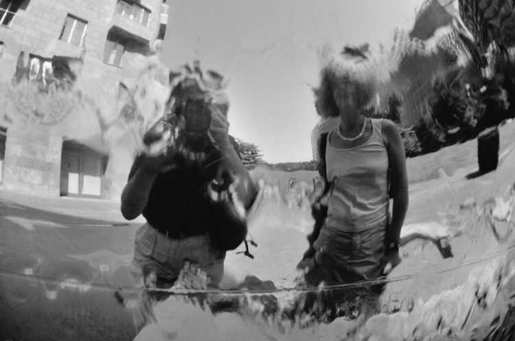 »Wasserspiegel«, Alexanderplatz, Berlin, Berlin, aus dem Portfolio »Schatten und Spiegel», Selbstbildnisse 1976 bis 2020, Foto © Friedhelm Denkeler 2008