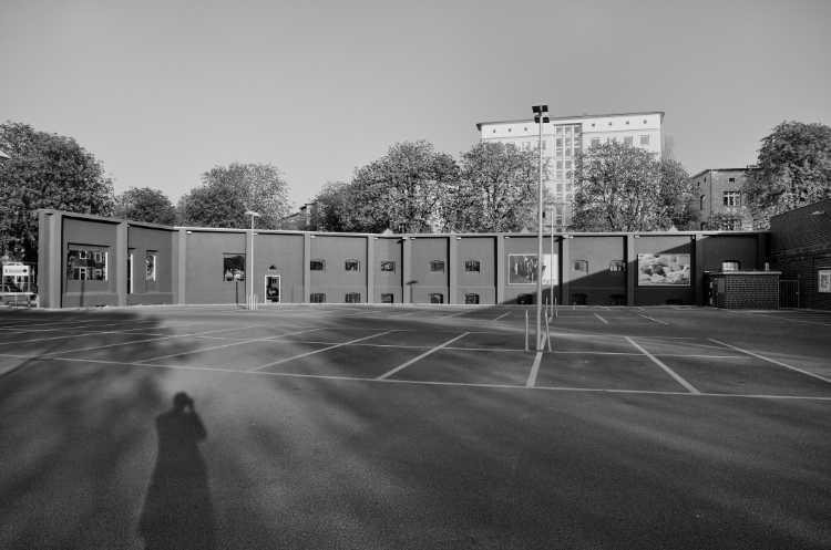 »Schatten auf dem Parkplatz«, Edeka Reichelt, Körnerstraße, Berlin, Berlin, aus dem Portfolio »Schatten und Spiegel», Selbstbildnisse 1976 bis 2020, Foto © Friedhelm Denkeler 2009