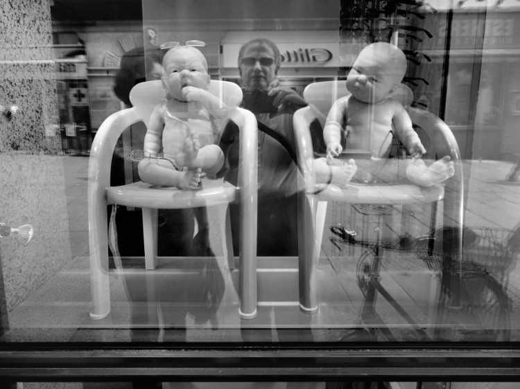 »Auch Babys brauchen Brillen«, Kopenhagen, Berlin, aus dem Portfolio »Schatten und Spiegel», Selbstbildnisse 1976 bis 2020, Foto © Friedhelm Denkeler 2011