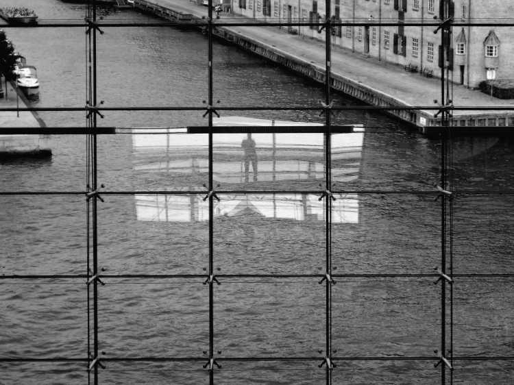»Blick aus dem Schwarzen Diamant«, Kopenhagen, Berlin, aus dem Portfolio »Schatten und Spiegel», Selbstbildnisse 1976 bis 2020, Foto © Friedhelm Denkeler 2011