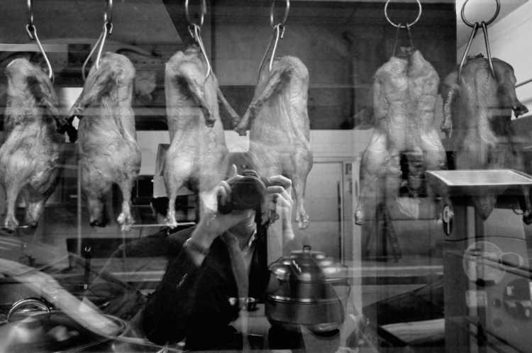 »Hühnchen am Haken«, Georgenstraße, Berlin, Berlin, aus dem Portfolio »Schatten und Spiegel», Selbstbildnisse 1976 bis 2020, Foto © Friedhelm Denkeler 2012