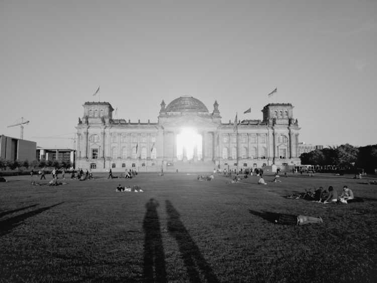 »Langer Schatten am Reichtagsgebäude« Berlin, aus dem Portfolio »Schatten und Spiegel», Selbstbildnisse 1976 bis 2020, Foto © Friedhelm Denkeler 2012