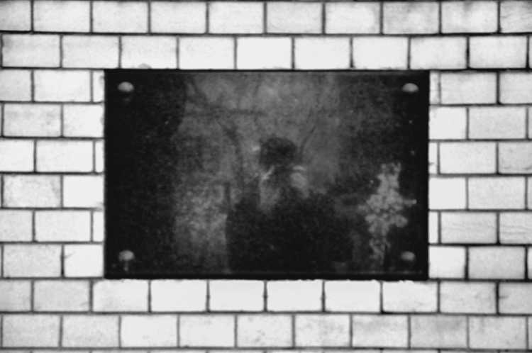 »Schwarzer Marmor«, Alter St.-Matthäus-Kirchhof, Berlin, aus dem Portfolio »Schatten und Spiegel», Selbstbildnisse 1976 bis 2020, Foto © Friedhelm Denkeler 2013