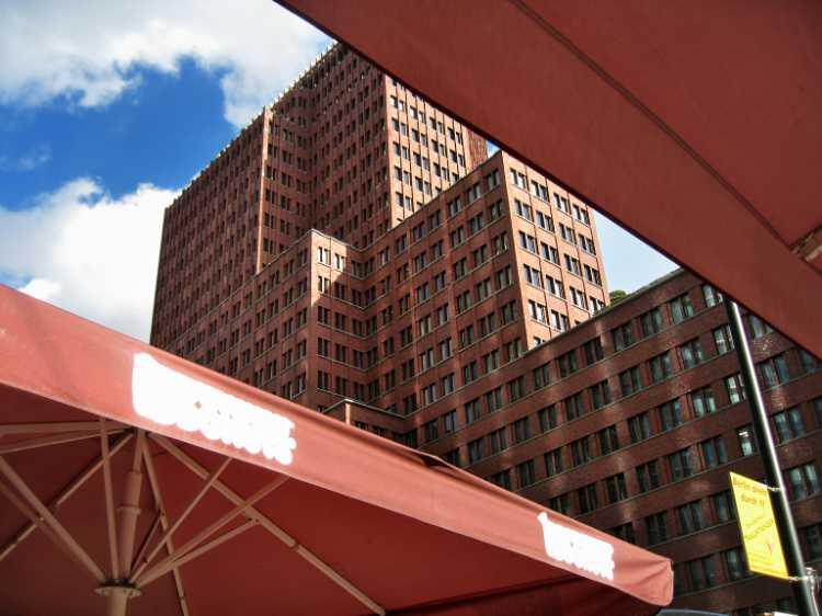 »Das Kollhoff-Hochhaus am Potsdamer Platz«, aus dem Portfolio »Sonntagsbilder«, Foto © Friedhelm Denkeler 2007