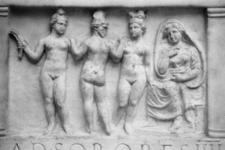 »ad sorores III«, Römische Antikensammlung 15. oder 16. Jahrhundert, heute: Pergamonmuseum Berlin, , aus dem Portfolio »ad sorores III«, Foto © Friedhelm Denkeler 1991